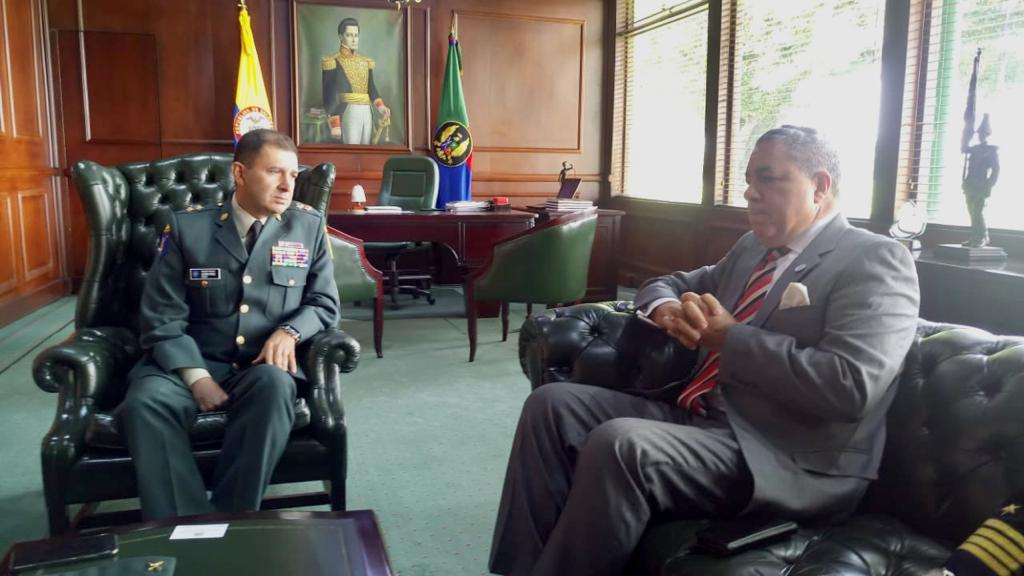 Visita de Cortesía de Embajador Dominicano a Director ESMIC